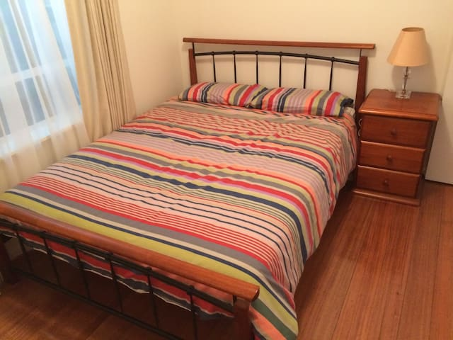 Comfy queen bed in a comfy house - Bentleigh East - Huis