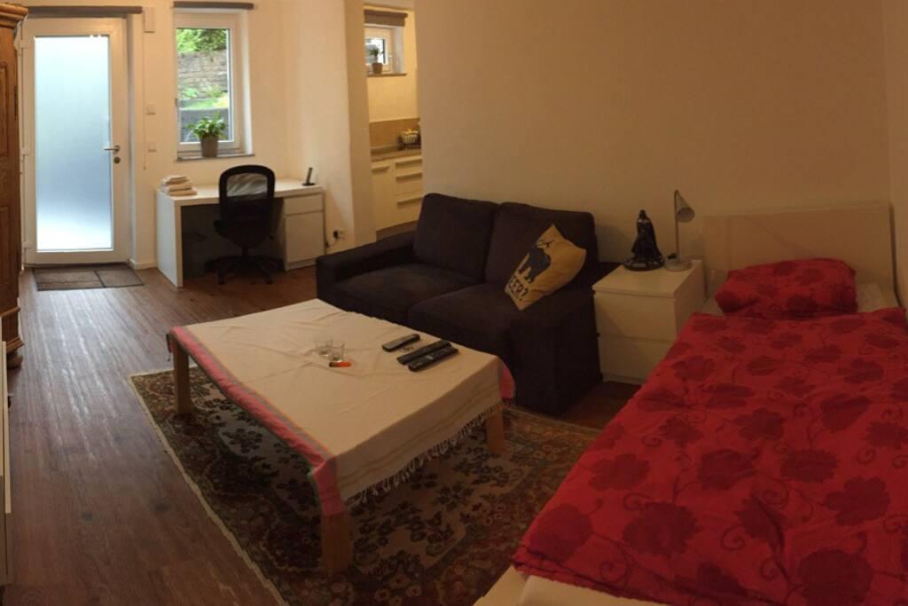 Geräumiges All-in-one Zimmer mit Bett, Sofa und Schreibtisch
