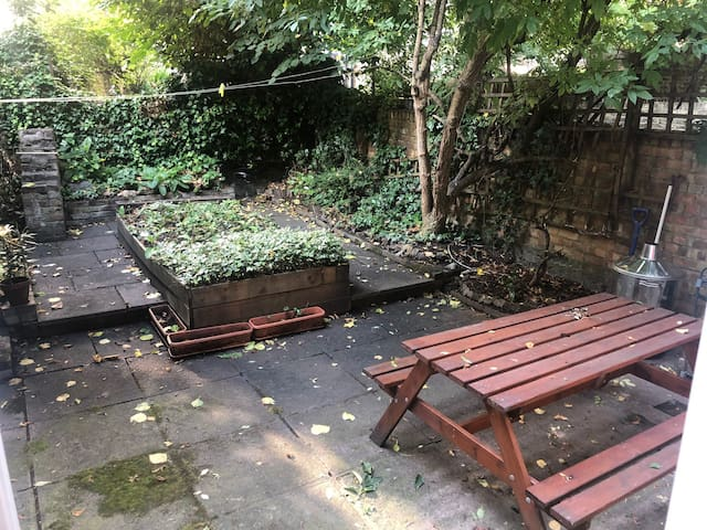 Flat with garden 1 minute from Kensington Olympia