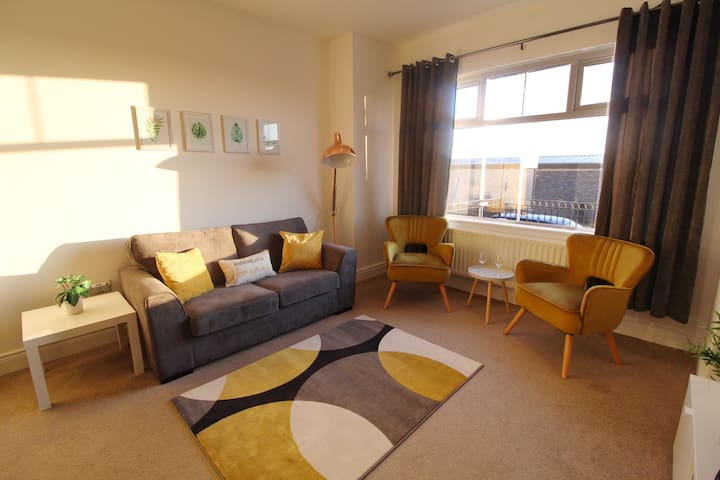 Apartment in heart of Portrush, steps from station
