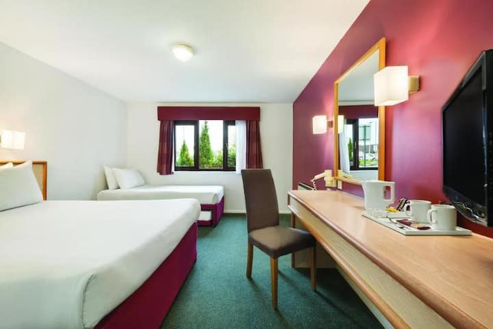 BUSINESS TRAVEL ONLY - Touching Family Room Standard At Bristol