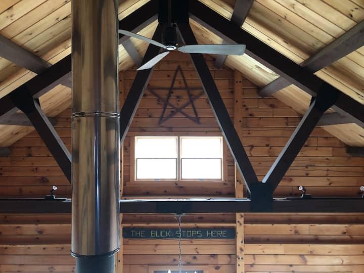 Rustic Log Cabin Heart of Ludlow/3 miles Okemo Mtn