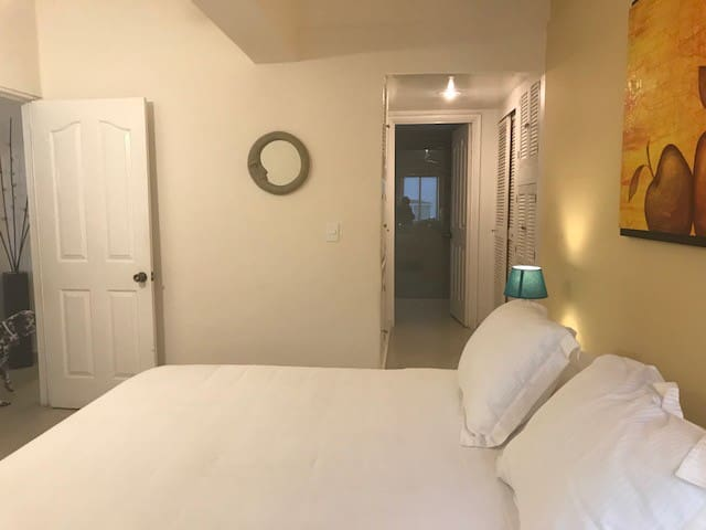 Con amplio closet y baño privado
