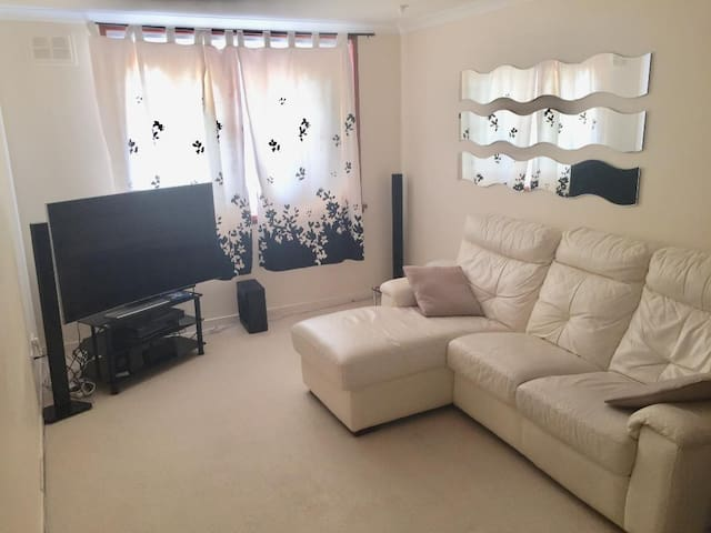 COMFORTABLE DOUBLE BED IN SPACIOUS FLAT (ABERDEEN)