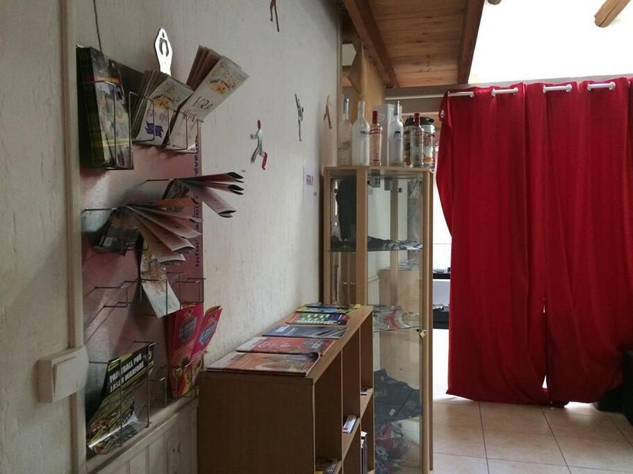 Le coin lecture et sa boutique vitrine.
