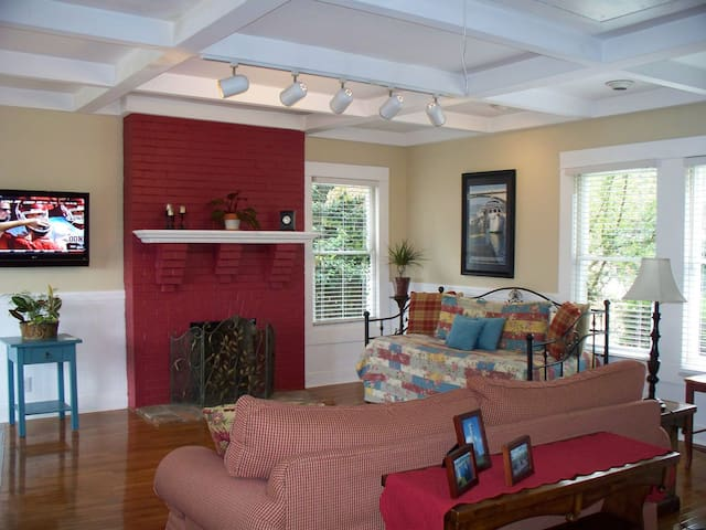 Colorful, comfortable, convenient Cottage - Chattanooga - Apartment