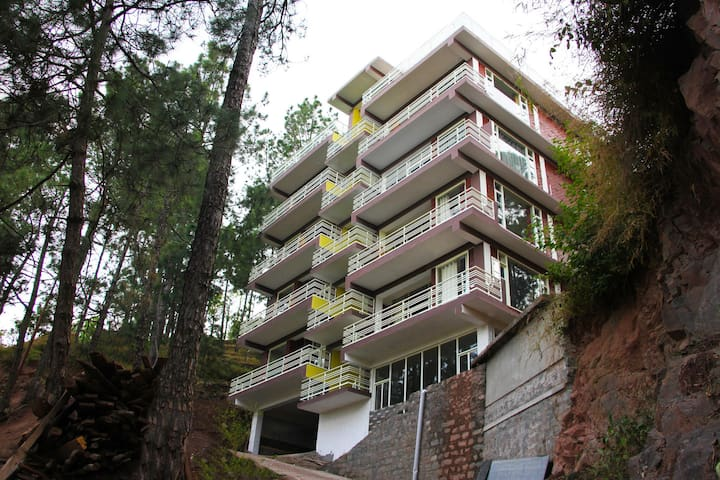 OYO Marked Down! Spacious 2BR Apartment in Kasauli