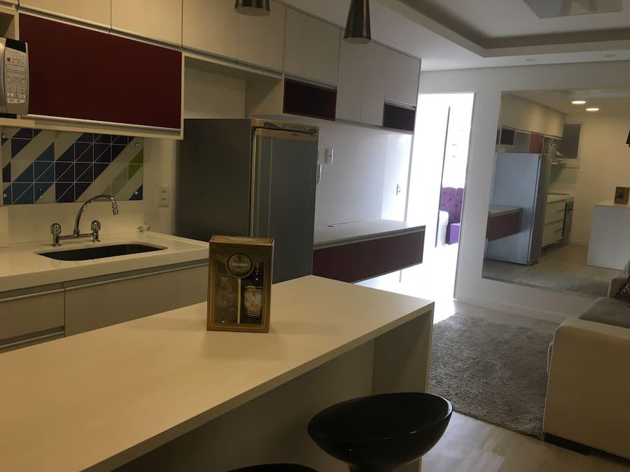 Sala/cozinha com sofá e espelho