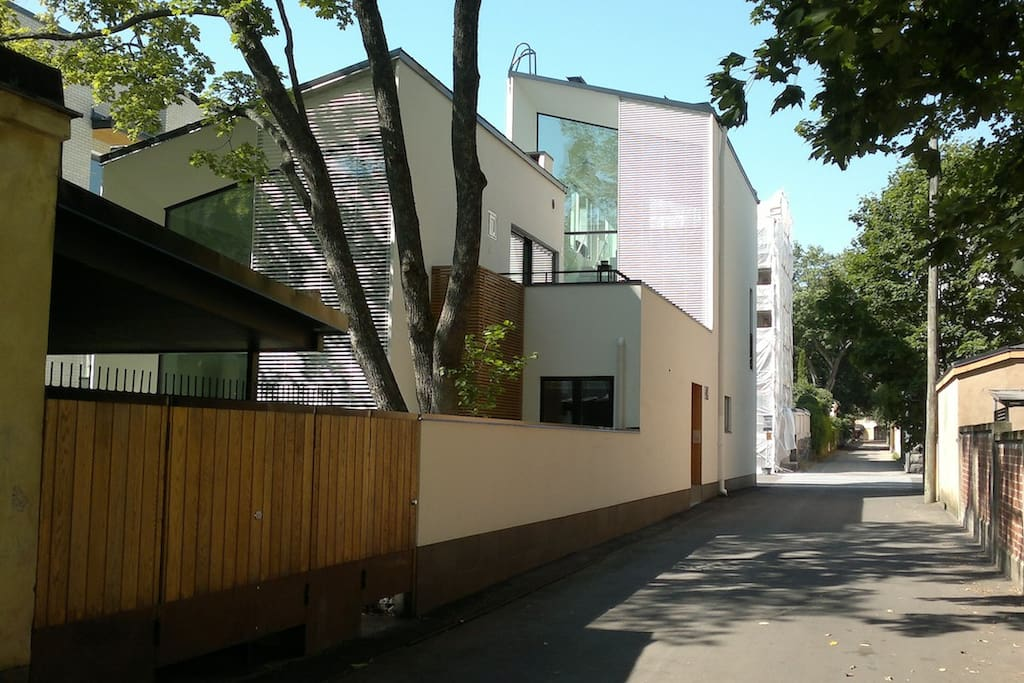 The alley leading to the apartment