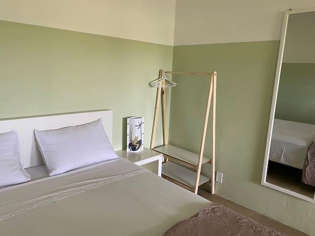 Quarto principal, como cama Queen, persiana black-out, ventilador de teto. Eventualmente aqui cabe berço portátil
