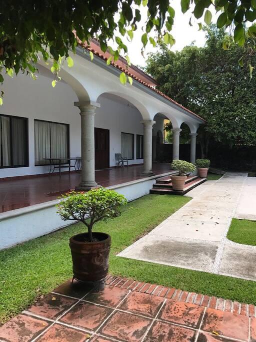 Terraza de casa con rampa para acceso alterno a escalones.