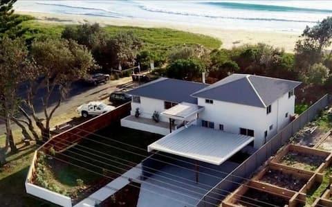 Diamond Beach House | Absolute beach frontage