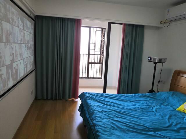 万达广场/楼中楼的完全独户的楼上带阳台单间大床投影房(带独立卫生间)