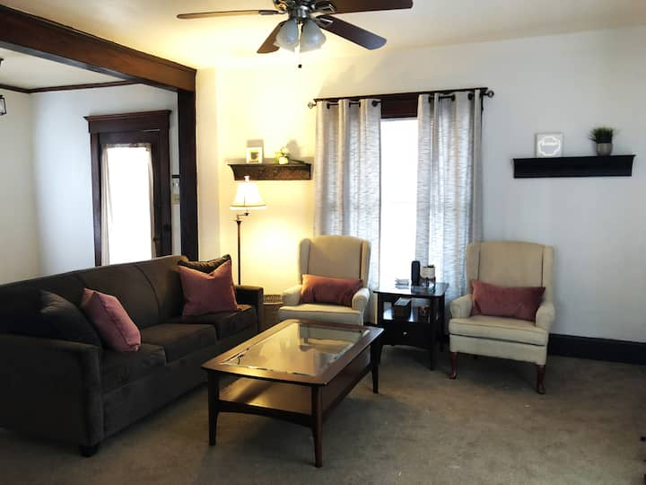 Cozy retreat near Downtown & Drake University!