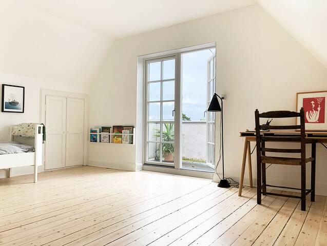Soveværelse 2 med skrivebordsplads og udgang til altan