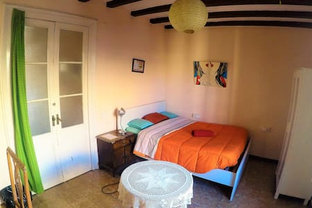 Single Room+Balcony BCN Center (only 1 guest).