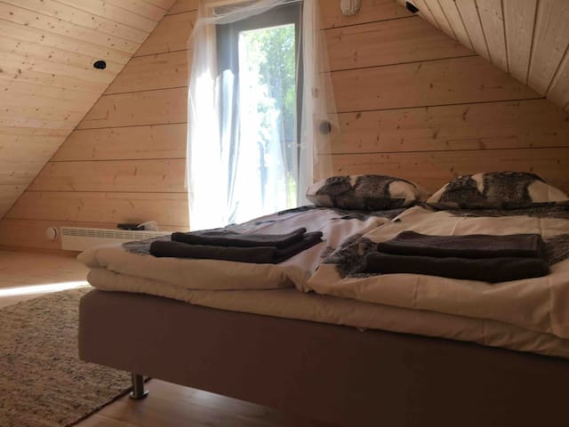 Huvilan yläparven makuuhuone