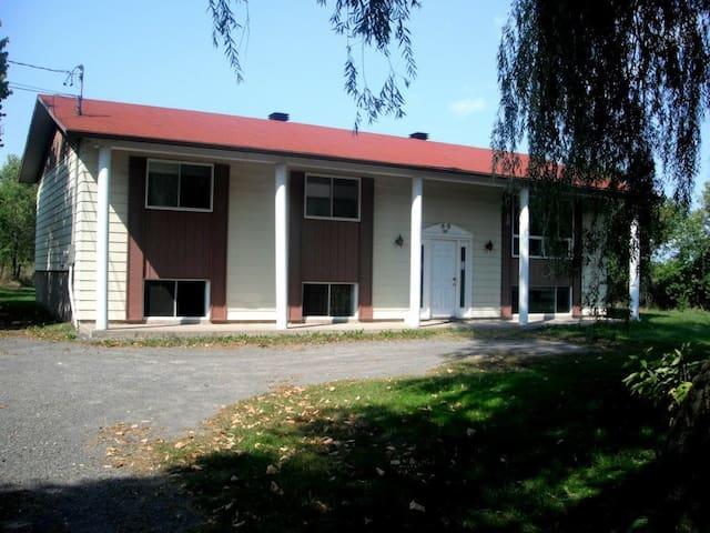 Grande maison avec piscine et grand terrain - Saint-Esprit - House
