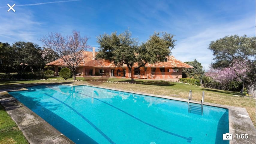 450m2 villa with pool in Madrid's best suburbs.