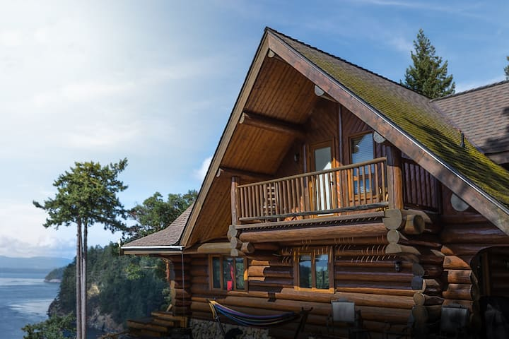 InTheBluff - Galiano Island's Log House