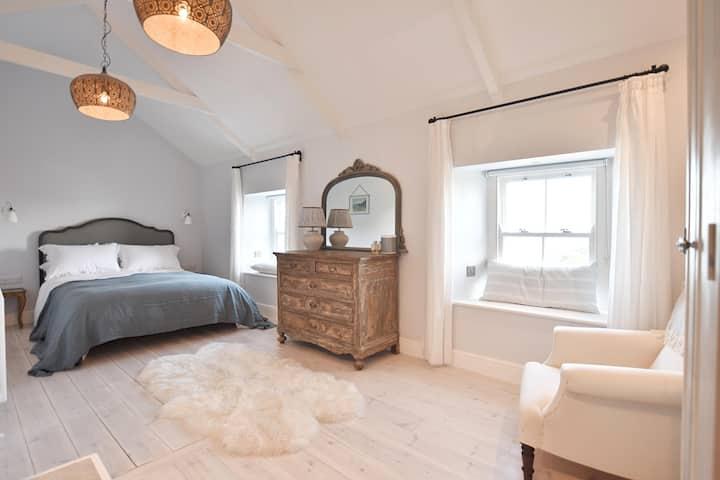 Interior designed 2 bedroom, dog friendly cottage