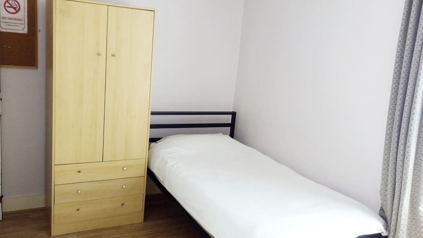 Earls' Court 16 -Single room with private shower