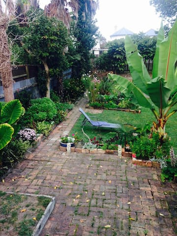 Grey Lynn Villa, big garden , 1 Double bed.