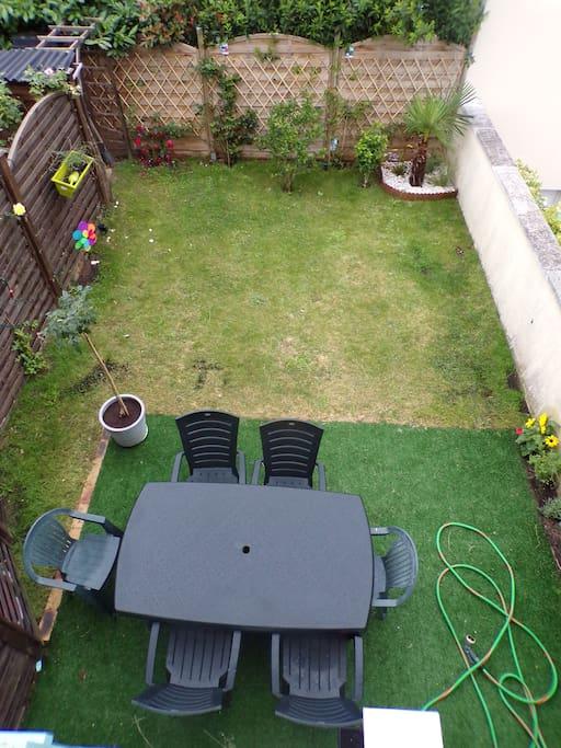 jardin avec table et barbecue