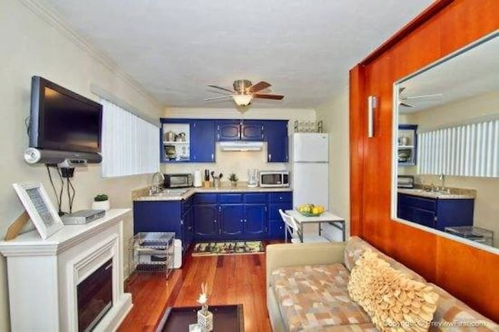 Fully equipped kitchen and Queen Murphy bed (easy up/down)