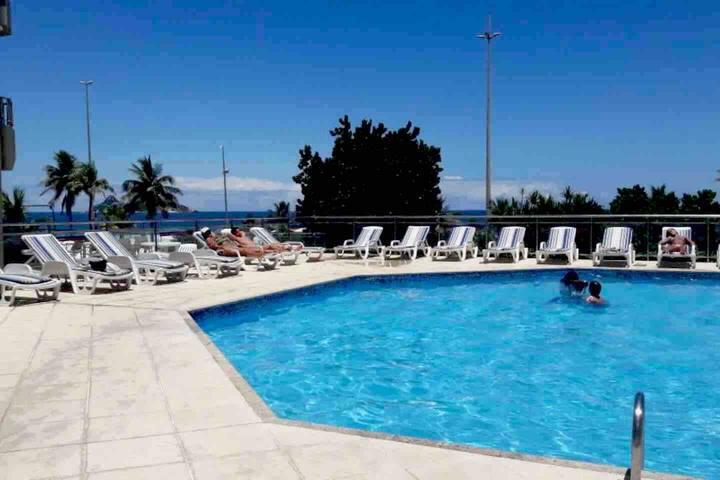 Apartamento com piscina e vista  para o mar