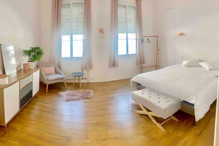 Chambre spacieuse de 20m2  Lit confortable : 160x190cm  linge de lit fourni  (côté rue Thiercelin)