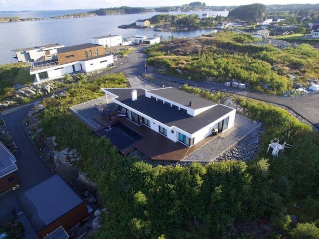 House with great sea view - Bakkasund - Hus