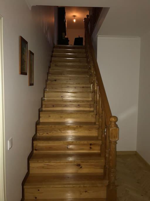 Escadas que dão acesso a 3 quartos e uma casa de banho partilhada