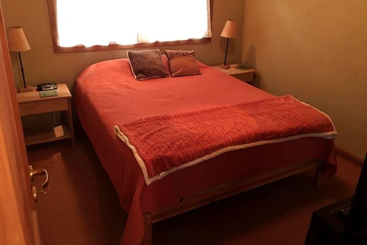 Planta alta o planta superior. Dormitorio principal  en suite, pintado en colores pastel y rematado por un cálido techo alpino en madera, se completa con baño privado y vestidor.