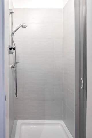 Bathroom with shower (shower gel, shampoo & towels included)