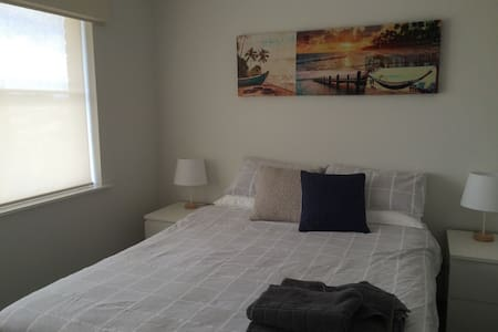 Large Bedroom , private bathroom, large pool - Duncraig - Casa