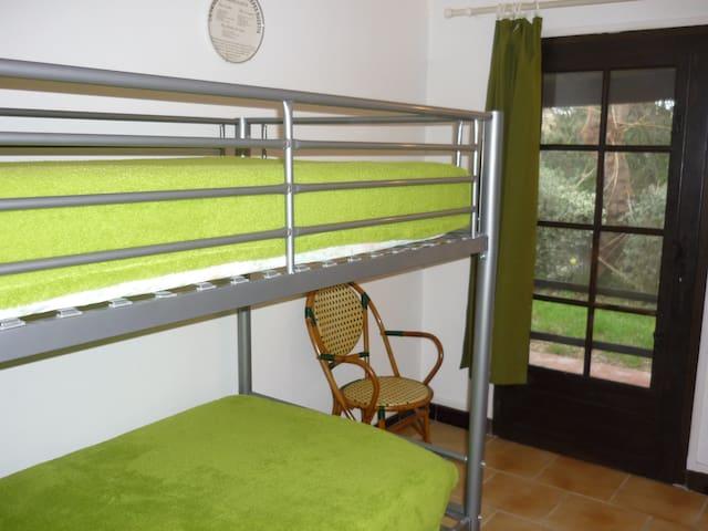 entrée/chambre avec lit superposé