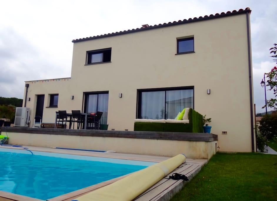 chambre dans villa moderne avec piscine maisons louer corb re languedoc roussillon midi. Black Bedroom Furniture Sets. Home Design Ideas