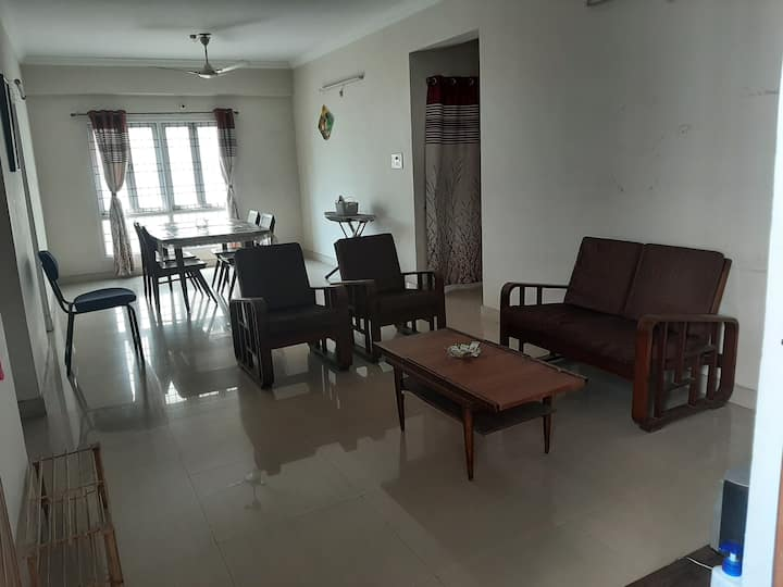 Sea view simple spacious flat close to the beach