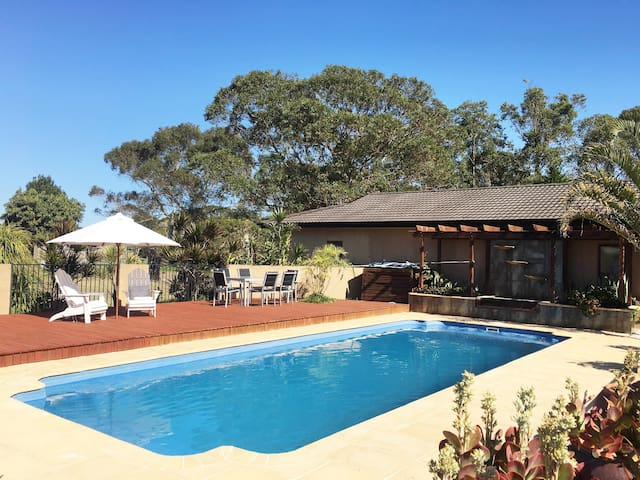 MAYFAIR - COMFORT, STYLE AND AIR CON! - Tuncurry - House