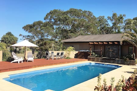MAYFAIR - COMFORT, STYLE AND AIR CON! - Tuncurry - Rumah