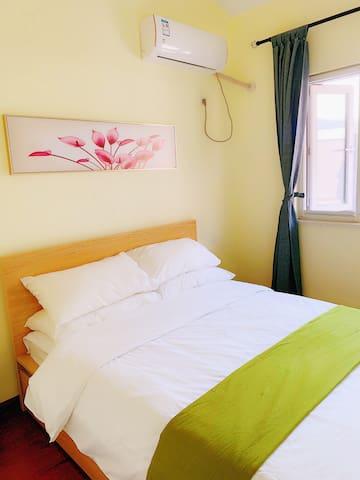 二楼次卧,1.5米双人床,直通山景大露台