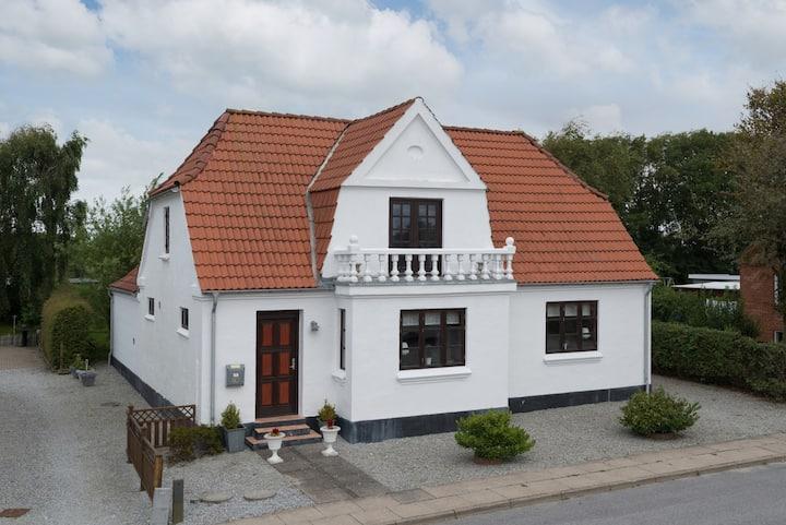 Rummeligt og behageligt feriehus tæt på Løkken