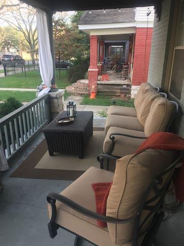 Westport Home-one block from Uptown Theatre - Kansas City - Bed & Breakfast