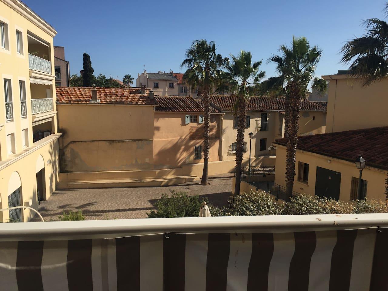 Vue de la terrasse, cour calme et ensoleillée.