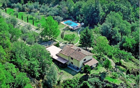 2 bedroom apartment in Tuscan farmhouse with pool