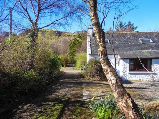 Cosy traditional country cottage. Near Quiraing.