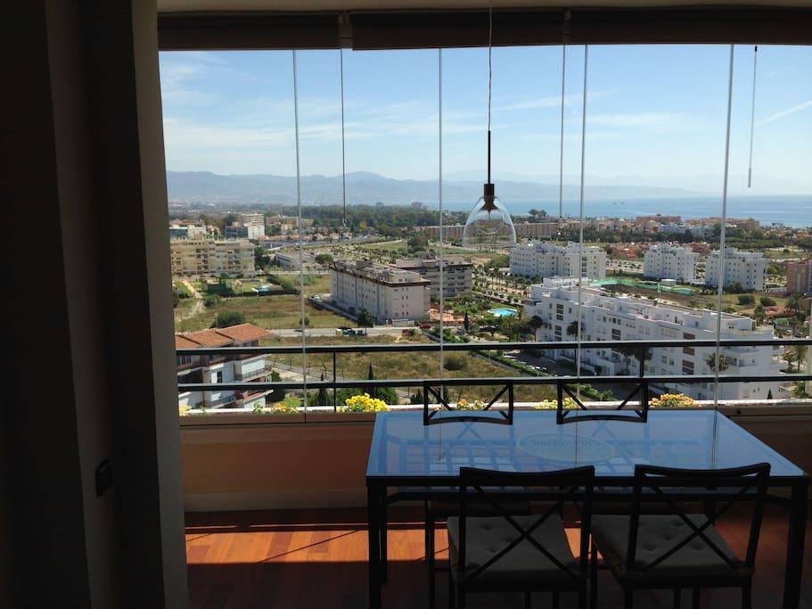 Comedor con vistas de la bahía de Málaga