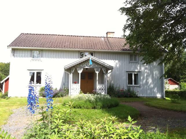 Vacker 1800-tals gård, nära sjöar. - Ljungby - Dom