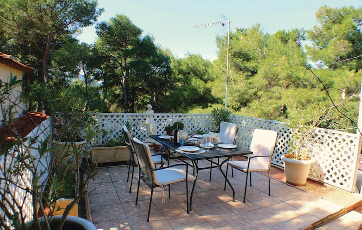 Beautiful home in Villa Attikis with WiFi and 2 Bedrooms
